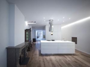 De keuken en doorkijk naar het achterhuis