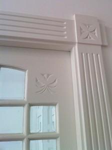 Binnendeur met architraaf en ornament