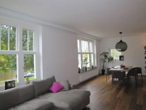 Overzicht woonkamer met het prachtige uitzicht op de Reijnier Vinkeleskade