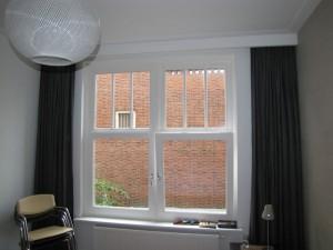 Nieuwe kozijnen met HR++ glas in de slaapkamer, naar voorbeeld van het originele kozijn