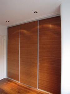 Vaste kastenwand met bamboe gefineerde deuren in de slaapkamer en inbouw spots in het plafond