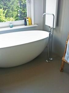Vrijstaand bad met vloerkraan