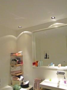 De grote spiegel maakt de ruimte groter, de dimbare inbouwspots zorgen voor sfeer, de handdoeken plankjes zijn hetzelfde gefineerd als het wastafel meubel