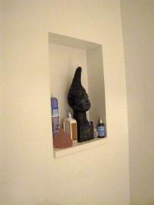 In de badkamer is een nis opgenomen voor kleine spullen of voor kunst
