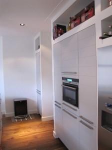 De op maat gemaakte kasten in de keuken, voor de apparatuur maar ook voor voldoende opbergruimte