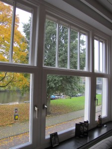 Nieuw kozijn met HR++ glas, conform originele kozijn. Met prachtig uitzicht op de Reijnier Vinkeleskade