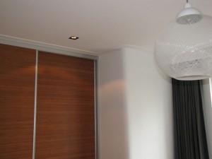 Vaste kastenwand met bamboe gefineerde deuren in de slaapkamer