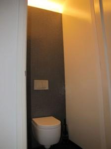 Nieuw zwevend toilet met betegelde achterwand