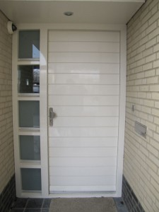 Nieuwe voordeur, met dezelfde profilering als de garagedeur